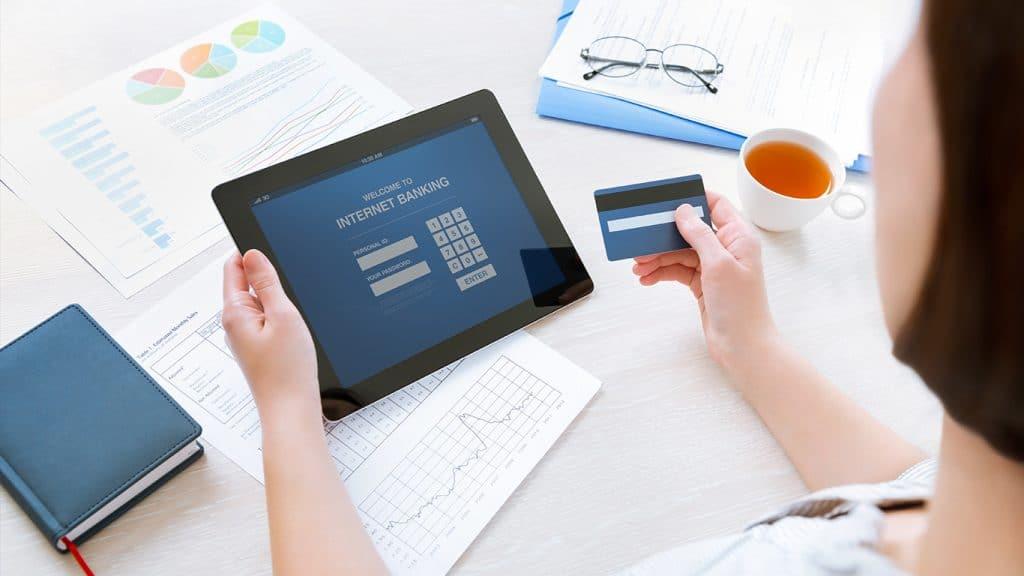 Tablette permettant d'accéder à un compte professionnel sans banque